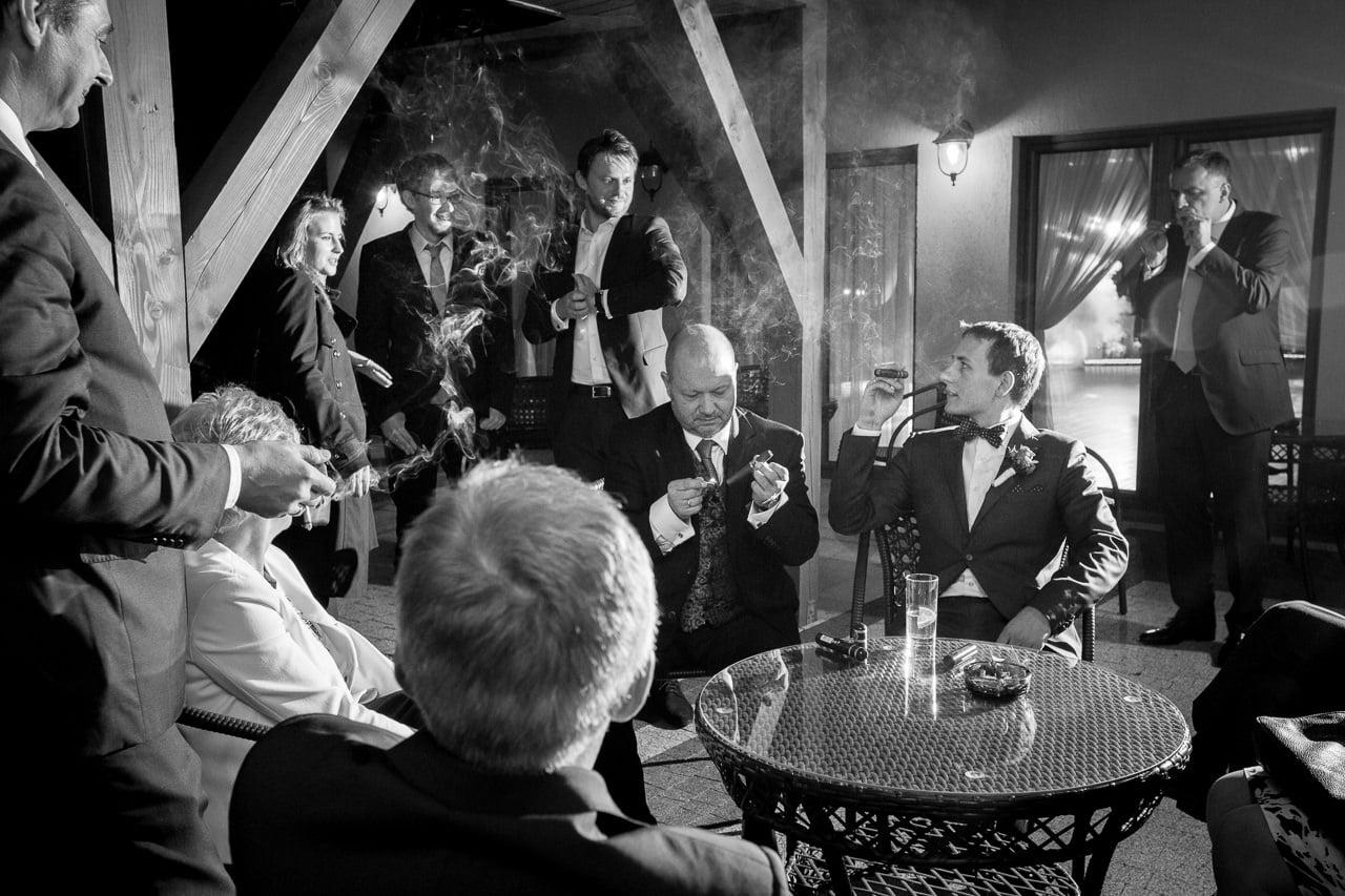 Zdjęcie ślubne na Śląsku Pana Młodego z cygarem
