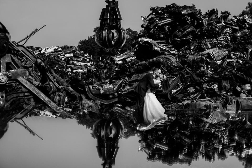 zdjęcia ślubne na złomowisku, auto do ślubu, kreatywna sesja ślubna, nieszablonowy fotograf